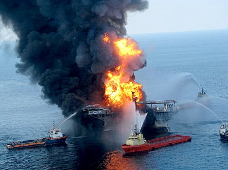 800px Deepwater Horizon offshore drilling unit on fire 2010 450x337 BP resumes drilling in same spot