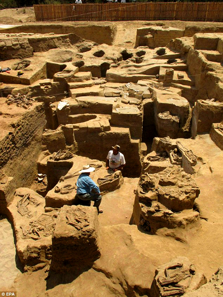 peru 1,100 Year Old Peruvian Grave Contains People, Dogs, and Horses