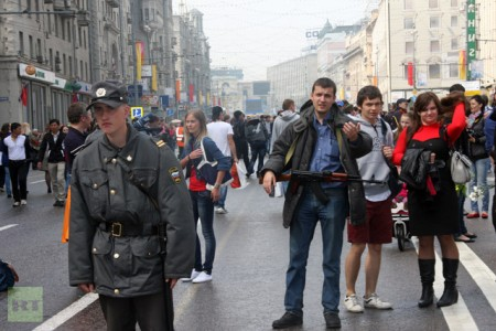 Pavel Tarasov 450x300 Election protesters face beatings while dude with AK passes through Moscow untouched